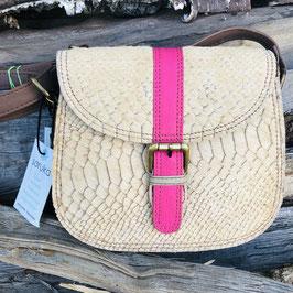 Hellbraune Handtasche mit Fellbesatz und einem Akzent in Pink oder Petrol