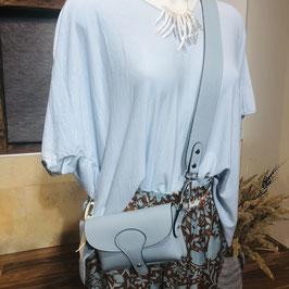 Hellblaues Shirt mit überschnittenen Ärmeln in einer Einheitsgröße (ca. M-XL)