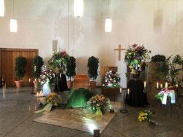 Seite in Bearbeitung Trauerfeierdekorationen für Kirchen, Kapellen, Feierhallen und Tenne . Gestalltung teilweise auch am Grab möglich.