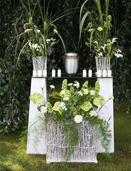 Urnendekorationen und Urnenschmuck für Trauerfeier und Beisetzungen teilweise auch am Grab möglich