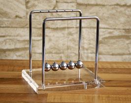 Kugelstoßpendel mit Acrylsockel 14 cm