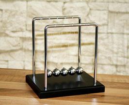 Kugelstoßpendel mit Holzsockel schwarz 14 cm