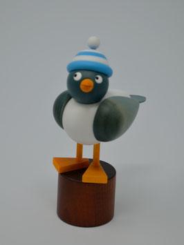 Möwe mit himmelblau-weißer Ringelmütze