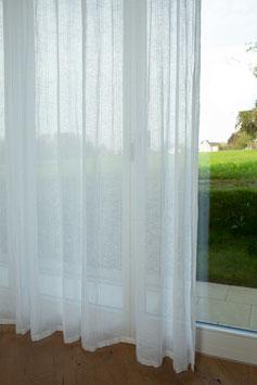 Weisse halbtransparente Tagesvorhänge mit schlanken Streifen (Überbreite)