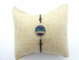 Makramee-Armband mit Holz in hellblau-weiß-dunkelblau