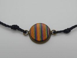 Makramee-Armband mit Holz in rot-grün-gelb-blau-gold