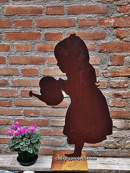 Bambina con annaffiatoio