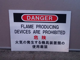 米軍放出品 FLAME PRODUCING DEVICES ARE PROHIBTED 金属製看板