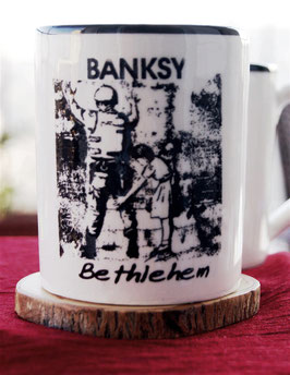 Banksy Becher Mädchen durchsucht einen Soldaten