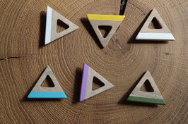 Broche en bois de noyer triangle coloré
