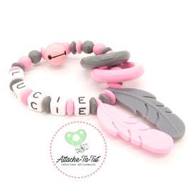 Hochet personnalisé, plume, rose et gris.