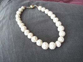 Rohweiße Perlenkette