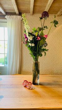 Wild plukboeket met verscheidenheid van bloemen