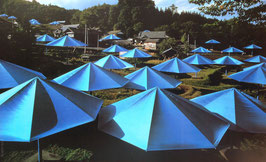 Christo Blaue Schirme II