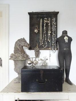 VERKAUFT Sie 29.11.    antike Truhe aus Belgien - schwarz mit Patina