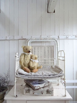 VERKAUFT Mac 07.01.   antikes großes Puppenbett - alter weißer Lack