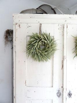 Wandkranz aus grünem Weizen