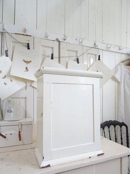 antiker Wandschrank - alter weißer Lack shabbychic