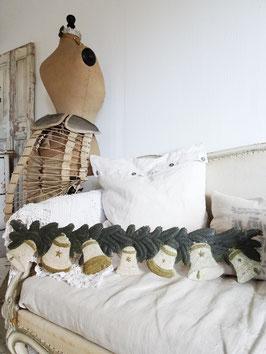 antike Girlande aus geprägter Pappe