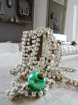 antike Baumkugel tannengrün