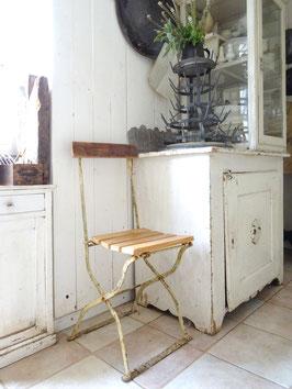 Sehr alter stabiler Klappstuhl Gartenstuhl - elfenbeinfarbig - restauriert