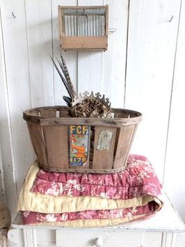 alter französischer Erntekorb mit Aufkleber