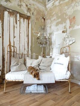 antikes Kinderbett alter weißer Lack