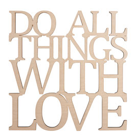 Holzschrift *DO ALL THINGS WITH LOVE*