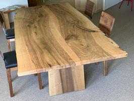 Tisch Nussbaum. Tischplatte aus nur 2 Brettern verleimt in Mitte.