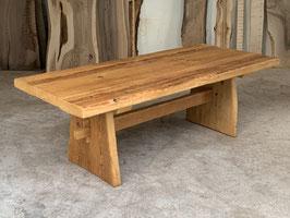 Tisch aus Altholz. Holz von altem Bauernhaus Wallis. Oberfläche Lackiert. Reserviert.