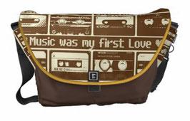 """""""Music my love"""" Kuriertasche von hatgirlBAGS in verschiedenen Größen"""