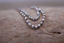 Silberperlen geknotet
