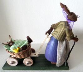 Osterhasengroßmutter mit Baby im Wagen