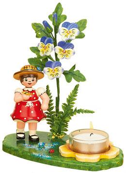 Blumenmädchen mit Hornveilchen und Teelicht