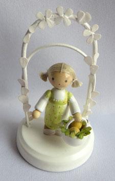 Geburtstagskind mit Osterkorb