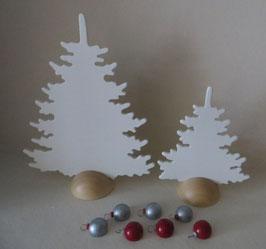 2 weiße Tannen mit 7 Christbaumkugeln