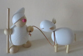Wicht mit Lasso und Schaf lachend