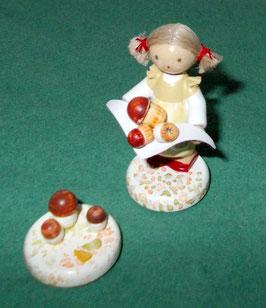 Kleines Mädchen mit Steinpilzen