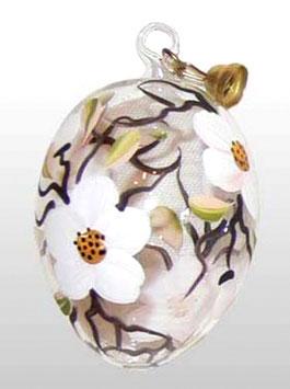 Osterei aus Glas mit Apfelblüten