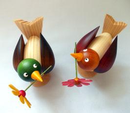 Vogelpaar mit Blume im Schnabel