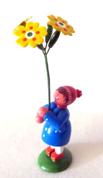 Frühlingsmädchen mit Himmelschlüssel
