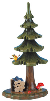 Sommerbaum mit Holzstapel