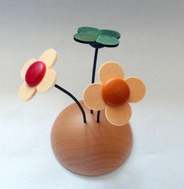 Wiese mit drei Blumen
