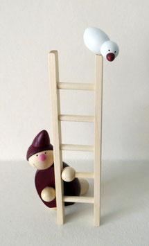 Wicht mit Leiter und Vogel
