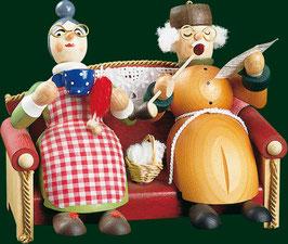 Oma und Opa auf dem Sofa