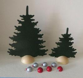 2 grüne Tannen mit 7 Christbaumkugeln