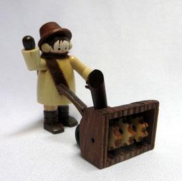 Mann mit Schneefräse