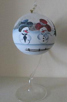 Winterliche Glaskugel mit glücklichen Schneemännern