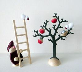Wicht mit Leiter und Baum mit Äpfeln und Vögeln