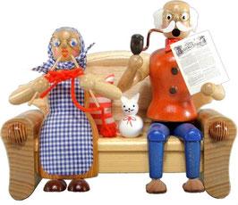 Opa und Oma auf dem Sofa